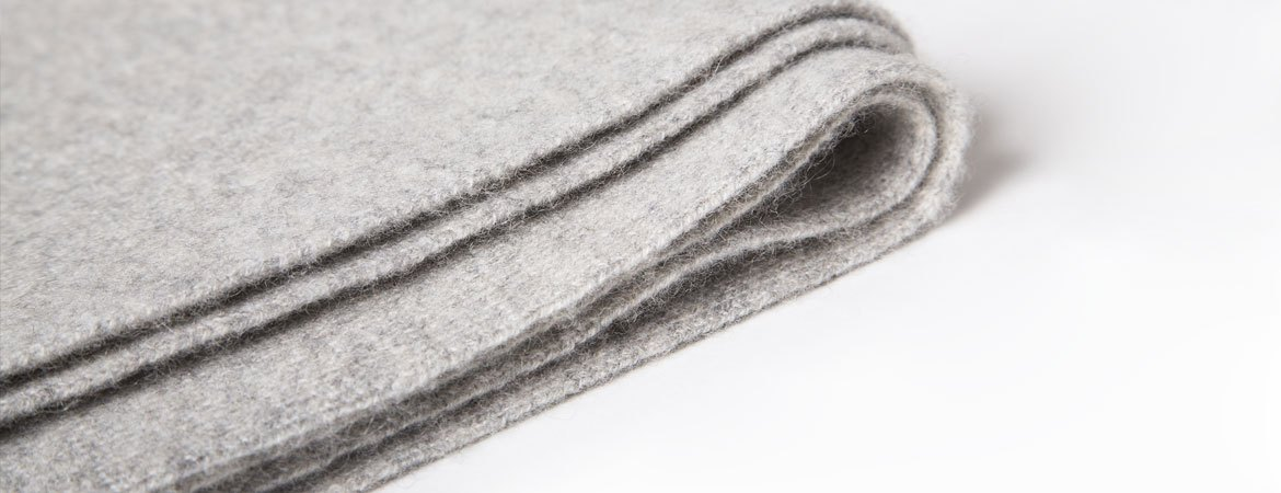 "cashmere throw blanket"" />
